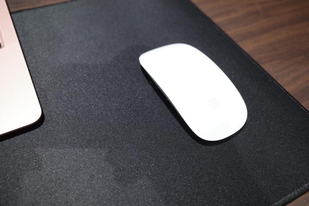 Macbook Airとマジックマウスの設置イメージ