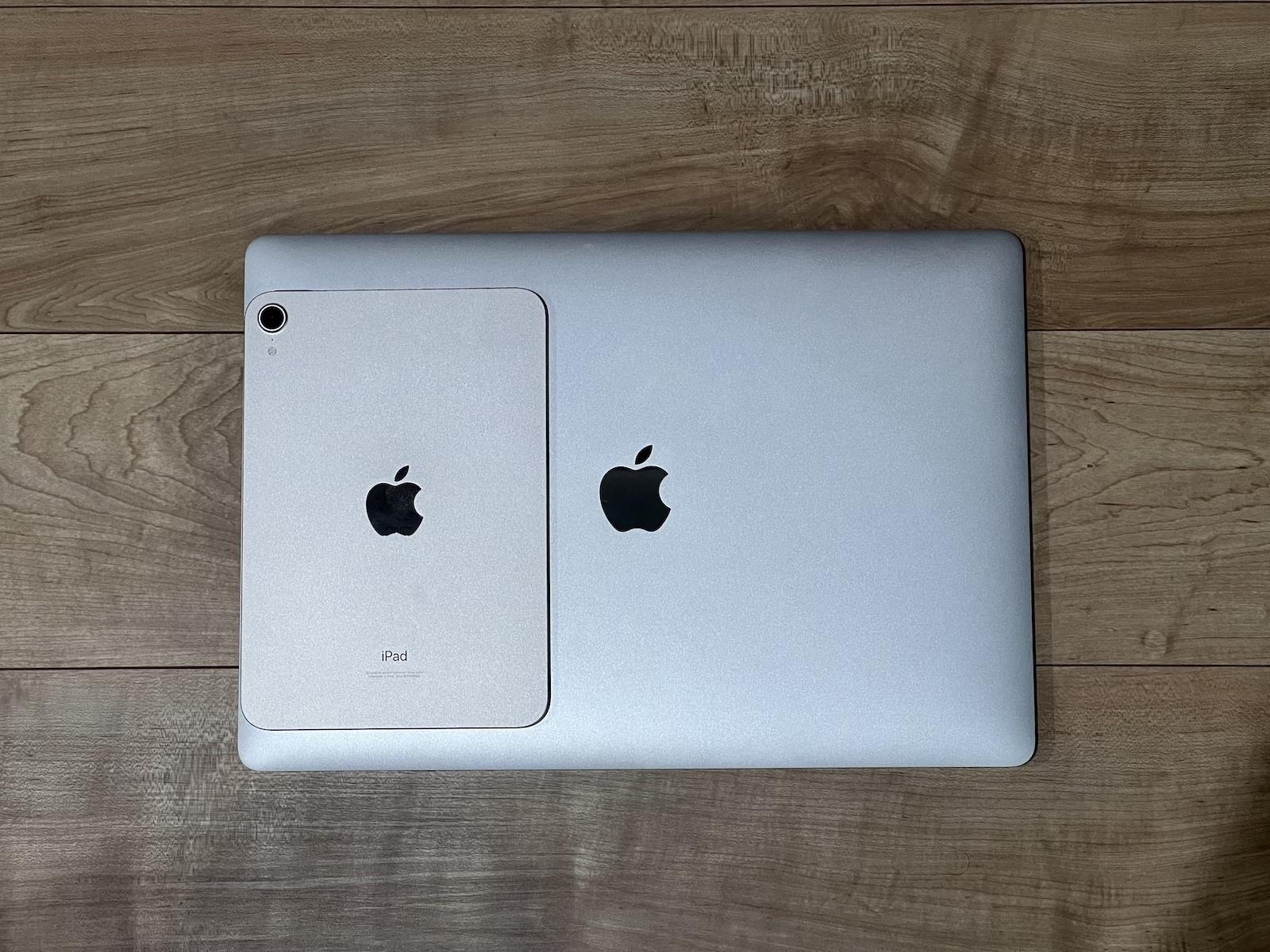 iPad miniスターライトとMacbook Proのシルバー
